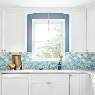 Diseño de cocina comedor en L, ecléctica, de tamaño medio, sin isla, con fregadero bajoencimera, armarios estilo shaker, puertas de armario blancas, encimera de mármol, salpicadero azul, salpicadero de azulejos de cerámica, electrodomésticos blancos y suelo de baldosas de porcelana