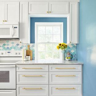フィラデルフィアの中くらいのエクレクティックスタイルのおしゃれなキッチン (アンダーカウンターシンク、シェーカースタイル扉のキャビネット、白いキャビネット、大理石カウンター、青いキッチンパネル、セラミックタイルのキッチンパネル、白い調理設備、磁器タイルの床、アイランドなし) の写真
