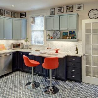 ニューヨークの中サイズのエクレクティックスタイルのおしゃれなキッチン (シングルシンク、シェーカースタイル扉のキャビネット、青いキャビネット、クオーツストーンカウンター、白いキッチンパネル、セラミックタイルのキッチンパネル、シルバーの調理設備の、磁器タイルの床、青い床、マルチカラーのキッチンカウンター) の写真