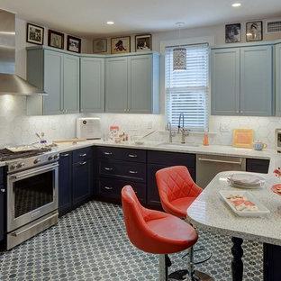 Mittelgroße Klassische Küche ohne Insel in U-Form mit Waschbecken, Schrankfronten im Shaker-Stil, blauen Schränken, Quarzwerkstein-Arbeitsplatte, Küchenrückwand in Weiß, Rückwand aus Keramikfliesen, Küchengeräten aus Edelstahl, Porzellan-Bodenfliesen, blauem Boden und weißer Arbeitsplatte in New York