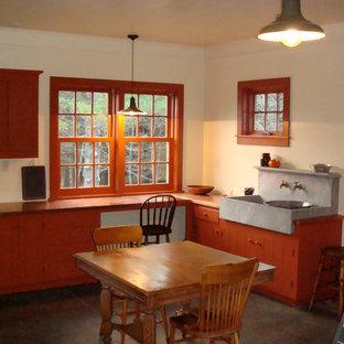 Immagine di una cucina classica con top in rame
