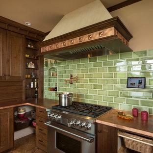 Geschlossene Klassische Küche in L-Form mit Unterbauwaschbecken, Schrankfronten mit vertiefter Füllung, hellbraunen Holzschränken, Kupfer-Arbeitsplatte, Küchenrückwand in Grün, Rückwand aus Metrofliesen und Elektrogeräten mit Frontblende in Portland