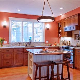 ボストンのトラディショナルスタイルのおしゃれなキッチン (シングルシンク、中間色木目調キャビネット、ベージュキッチンパネル、シルバーの調理設備の、シェーカースタイル扉のキャビネット) の写真