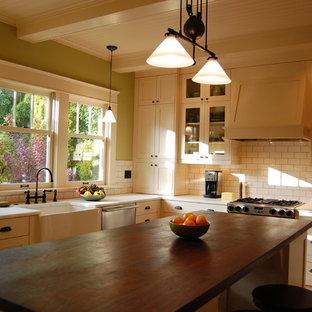 Idéer för stora amerikanska kök, med skåp i shakerstil, vita skåp, marmorbänkskiva, vitt stänkskydd, stänkskydd i tunnelbanekakel, rostfria vitvaror, en köksö, en rustik diskho och ljust trägolv