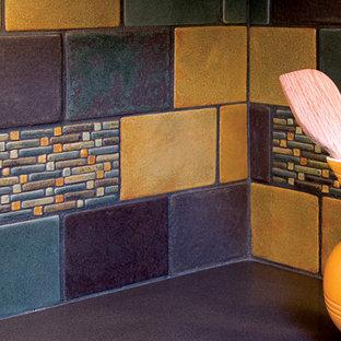 Mittelgroße Moderne Küche in L-Form mit Vorratsschrank, Quarzwerkstein-Arbeitsplatte, bunter Rückwand und Rückwand aus Keramikfliesen in Albuquerque