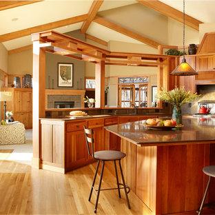 Exempel på ett stort amerikanskt kök, med en undermonterad diskho, skåp i shakerstil, skåp i mellenmörkt trä, grått stänkskydd, stänkskydd i stenkakel, rostfria vitvaror, ljust trägolv och en köksö