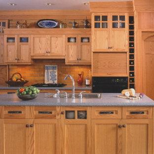 Urige Wohnküche in L-Form mit Einbauwaschbecken, Schrankfronten im Shaker-Stil, dunklen Holzschränken, Mineralwerkstoff-Arbeitsplatte, Küchenrückwand in Orange und schwarzen Elektrogeräten in Bridgeport