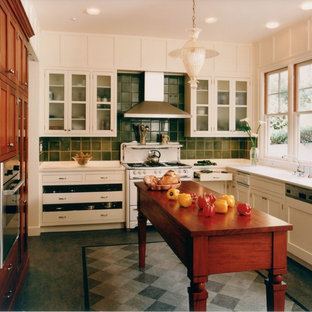 サンフランシスコのヴィクトリアン調のおしゃれなL型キッチン (ガラス扉のキャビネット、白いキャビネット、緑のキッチンパネル、白い調理設備) の写真