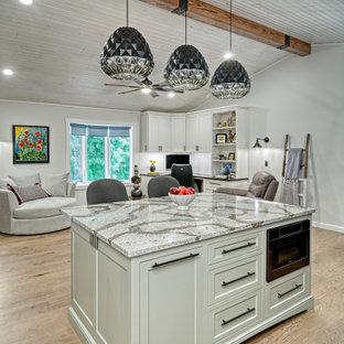 ミネアポリスの中くらいのエクレクティックスタイルのおしゃれなキッチン (ダブルシンク、落し込みパネル扉のキャビネット、白いキャビネット、珪岩カウンター、白いキッチンパネル、大理石のキッチンパネル、黒い調理設備、クッションフロア、茶色い床、グレーのキッチンカウンター) の写真