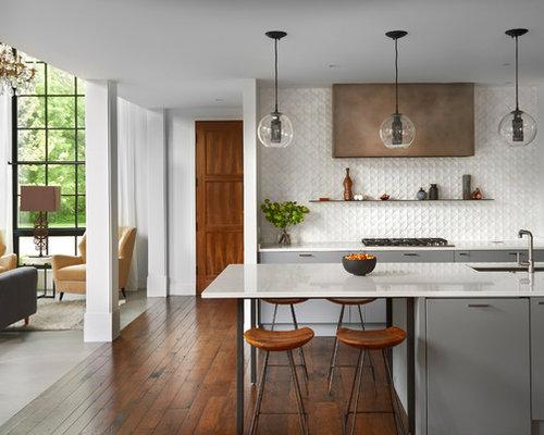 Cuisine avec un plan de travail en quartz modifi et un sol en bois fonc p - Taille moyenne cuisine ...