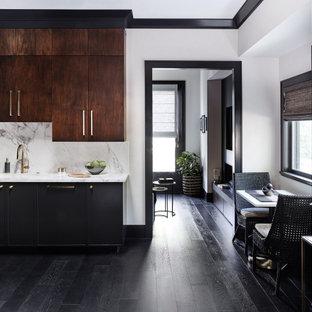 サンフランシスコの中サイズのエクレクティックスタイルのおしゃれなキッチン (アンダーカウンターシンク、フラットパネル扉のキャビネット、濃色木目調キャビネット、人工大理石カウンター、石スラブのキッチンパネル、黒い調理設備、濃色無垢フローリング、アイランドなし、黒い床、白いキッチンカウンター、白いキッチンパネル) の写真
