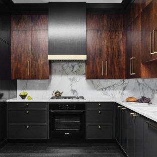 Idéer för mellanstora, avskilda funkis vitt u-kök, med en undermonterad diskho, släta luckor, skåp i mörkt trä, stänkskydd i sten, svarta vitvaror, mörkt trägolv, svart golv, marmorbänkskiva och vitt stänkskydd