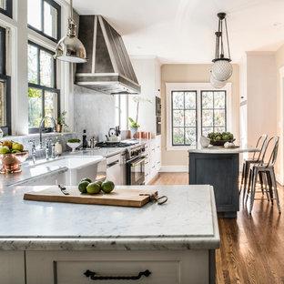 Geschlossene, Große Klassische Küche in L-Form mit Landhausspüle, weißen Schränken, Küchengeräten aus Edelstahl, dunklem Holzboden, Kücheninsel, Schrankfronten im Shaker-Stil, Marmor-Arbeitsplatte, bunter Rückwand und Rückwand aus Marmor in San Francisco