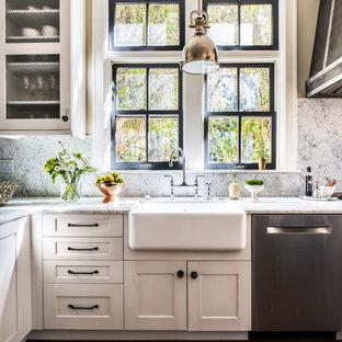 Geschlossene, Große Landhaus Küche in L-Form mit weißen Schränken, Landhausspüle, Schrankfronten im Shaker-Stil, Marmor-Arbeitsplatte, bunter Rückwand, Rückwand aus Marmor, Küchengeräten aus Edelstahl, dunklem Holzboden und Kücheninsel in San Francisco