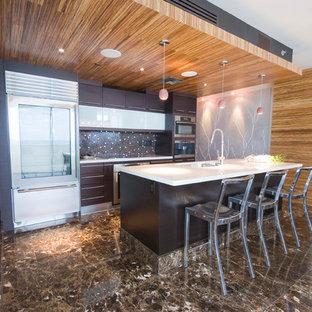 Zweizeilige, Offene Moderne Küche mit flächenbündigen Schrankfronten, braunen Schränken, Küchenrückwand in Braun, Küchengeräten aus Edelstahl, Unterbauwaschbecken, Quarzit-Arbeitsplatte und Rückwand aus Mosaikfliesen in Miami