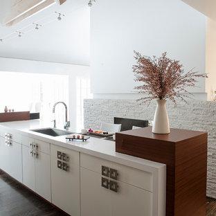 Ejemplo de cocina asiática con fregadero bajoencimera, armarios con paneles lisos, puertas de armario blancas, suelo de madera oscura y una isla