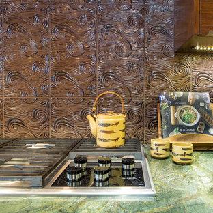 Inspiration för mellanstora asiatiska l-kök, med en undermonterad diskho, släta luckor, skåp i mellenmörkt trä, bänkskiva i kvartsit, brunt stänkskydd, stänkskydd i keramik, integrerade vitvaror, mellanmörkt trägolv och en köksö