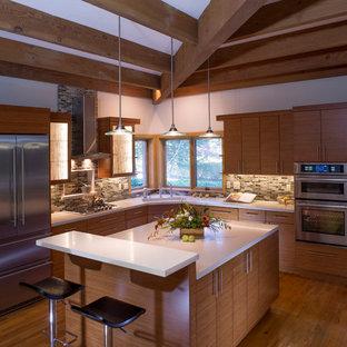 サンフランシスコの大きいアジアンスタイルのおしゃれなキッチン (中間色木目調キャビネット、マルチカラーのキッチンパネル、アンダーカウンターシンク、シェーカースタイル扉のキャビネット、大理石カウンター、ガラス板のキッチンパネル、シルバーの調理設備の、淡色無垢フローリング) の写真