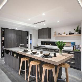 Idéer för orientaliska kök, med en undermonterad diskho, släta luckor, grå skåp, rostfria vitvaror, en köksö och grått golv
