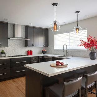 Неиссякаемый источник вдохновения для домашнего уюта: п-образная кухня в восточном стиле с обеденным столом, врезной раковиной, плоскими фасадами, темными деревянными фасадами, столешницей из кварцевого композита, фартуком из мрамора, техникой из нержавеющей стали, полом из бамбука, коричневым полом и белой столешницей