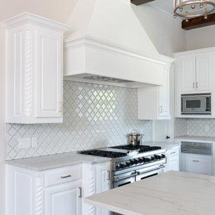 Inspiration för ett vintage kök, med vita skåp, vitt stänkskydd, rostfria vitvaror och tegelgolv