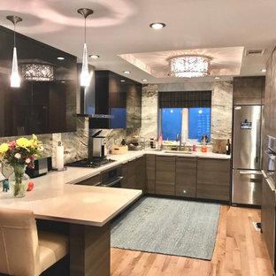 フィラデルフィアの中サイズのモダンスタイルのおしゃれなキッチン (アンダーカウンターシンク、フラットパネル扉のキャビネット、茶色いキャビネット、御影石カウンター、石スラブのキッチンパネル、シルバーの調理設備、淡色無垢フローリング、ベージュのキッチンカウンター、マルチカラーのキッチンパネル、ベージュの床) の写真