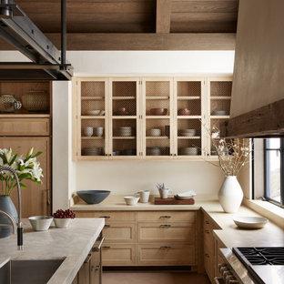 Geschlossene, Große Urige Küche in L-Form mit Kücheninsel, Unterbauwaschbecken, Schrankfronten im Shaker-Stil, hellen Holzschränken, braunem Boden, beiger Arbeitsplatte, freigelegten Dachbalken, gewölbter Decke und Holzdecke in Sonstige