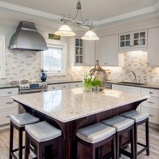 Idéer för att renovera ett stort vintage vit vitt kök, med bänkskiva i kvarts, en köksö, en dubbel diskho, vita skåp, beige stänkskydd, rostfria vitvaror, klinkergolv i porslin, släta luckor, stänkskydd i tunnelbanekakel och grått golv