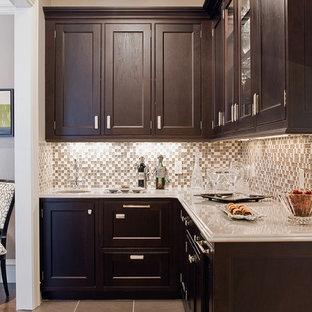 Foto di una cucina classica con top in marmo, ante in legno bruno, paraspruzzi grigio e paraspruzzi con piastrelle a mosaico