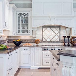 Esempio di una cucina chic con ante a filo e ante bianche
