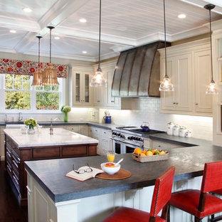 Klassische Küche mit Rückwand aus Metrofliesen, Speckstein-Arbeitsplatte, Kassettenfronten und beigen Schränken in San Francisco