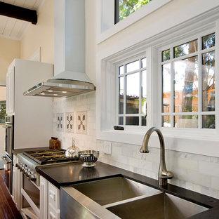サンフランシスコのコンテンポラリースタイルのおしゃれなキッチン (ダブルシンク、白いキッチンパネル、大理石のキッチンパネル) の写真