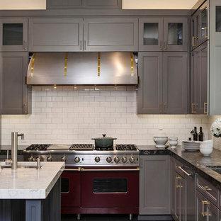 На фото: кухня в современном стиле с цветной техникой, фартуком из плитки кабанчик, столешницей из гранита, серыми фасадами, белым фартуком и фасадами с утопленной филенкой с