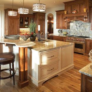 Foto på ett mellanstort vintage u-kök, med rostfria vitvaror, luckor med upphöjd panel, skåp i mörkt trä, flerfärgad stänkskydd, en undermonterad diskho, granitbänkskiva, ljust trägolv, en köksö och stänkskydd i skiffer