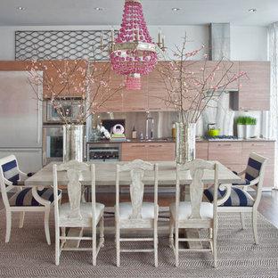 Exempel på ett modernt linjärt kök och matrum, med släta luckor, stänkskydd med metallisk yta, stänkskydd i metallkakel, rostfria vitvaror och skåp i ljust trä