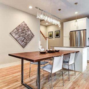 Idéer för att renovera ett mellanstort tropiskt kök, med vita skåp, bänkskiva i kvarts, flerfärgad stänkskydd, stänkskydd i stenkakel, rostfria vitvaror, ljust trägolv, en köksö och skåp i shakerstil