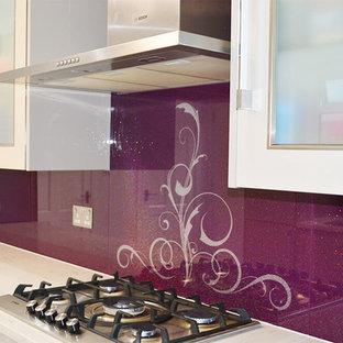 Foto de cocina comedor moderna, grande, sin isla, con armarios con paneles lisos, puertas de armario blancas, encimera de granito y salpicadero de vidrio templado