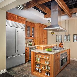 Idéer för ett avskilt, mellanstort klassiskt u-kök, med skåp i shakerstil, skåp i mellenmörkt trä, bänkskiva i betong, beige stänkskydd, stänkskydd i skiffer, rostfria vitvaror och en köksö