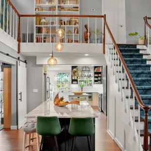 ジャクソンビルの中サイズのエクレクティックスタイルのおしゃれなキッチン (シェーカースタイル扉のキャビネット、黒いキャビネット、無垢フローリング、茶色い床、グレーのキッチンカウンター) の写真