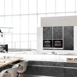 Zweizeilige, Geräumige Moderne Wohnküche mit Doppelwaschbecken, flächenbündigen Schrankfronten, schwarzen Schränken, Granit-Arbeitsplatte, Rückwand aus Schiefer, Küchengeräten aus Edelstahl, Zementfliesen, Kücheninsel, grauem Boden und schwarzer Arbeitsplatte in Calgary