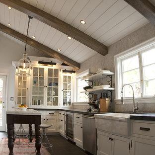 Bild på ett rustikt kök, med luckor med glaspanel, rostfria vitvaror, en rustik diskho och vita skåp
