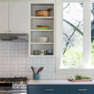 Idéer för att renovera ett mellanstort lantligt linjärt kök och matrum, med en undermonterad diskho, släta luckor, vita skåp, bänkskiva i koppar, vitt stänkskydd, stänkskydd i porslinskakel, rostfria vitvaror, mörkt trägolv och brunt golv
