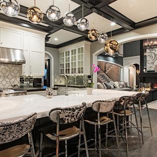 Esempio di un'ampia cucina classica con lavello stile country, ante in stile shaker, ante bianche, elettrodomestici in acciaio inossidabile, isola, pavimento grigio, top in quarzite, paraspruzzi grigio, paraspruzzi con piastrelle di metallo, pavimento in vinile e top bianco