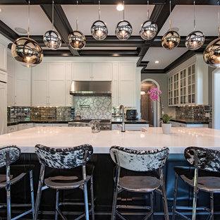 Idee per una grande cucina a L chic chiusa con ante in stile shaker, ante bianche, isola, paraspruzzi a effetto metallico, paraspruzzi con piastrelle di metallo, elettrodomestici da incasso, pavimento nero, lavello stile country, top in quarzite, pavimento in vinile e top bianco