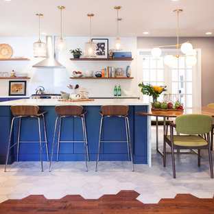 Inspiration för mellanstora eklektiska kök, med en rustik diskho, släta luckor, blå skåp, vitt stänkskydd, rostfria vitvaror, en köksö och vitt golv
