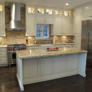 Diseño de cocina clásica con electrodomésticos de acero inoxidable
