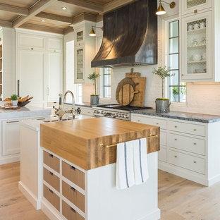 Idéer för vintage grått l-kök, med en undermonterad diskho, luckor med infälld panel, vita skåp, rostfria vitvaror, ljust trägolv, flera köksöar och beiget golv