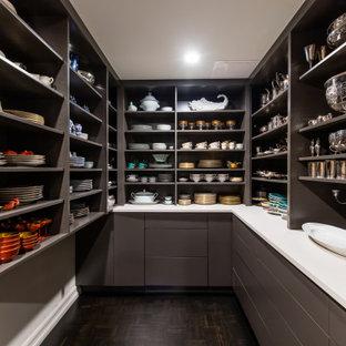 Foto på ett mellanstort funkis vit kök, med släta luckor, grå skåp, bänkskiva i kvarts, mörkt trägolv och svart golv