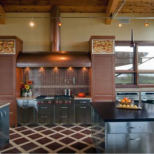 Große Moderne Wohnküche in U-Form mit Küchengeräten aus Edelstahl, Schrankfronten mit vertiefter Füllung, Edelstahlfronten, Küchenrückwand in Braun, Rückwand aus Glasfliesen, Marmorboden, zwei Kücheninseln, Arbeitsplatte aus Terrazzo und buntem Boden in Boston