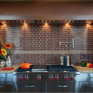 Große Moderne Wohnküche in U-Form mit Küchengeräten aus Edelstahl, Schrankfronten mit vertiefter Füllung, Edelstahlfronten, Küchenrückwand in Braun, Rückwand aus Glasfliesen, zwei Kücheninseln und Arbeitsplatte aus Terrazzo in Boston